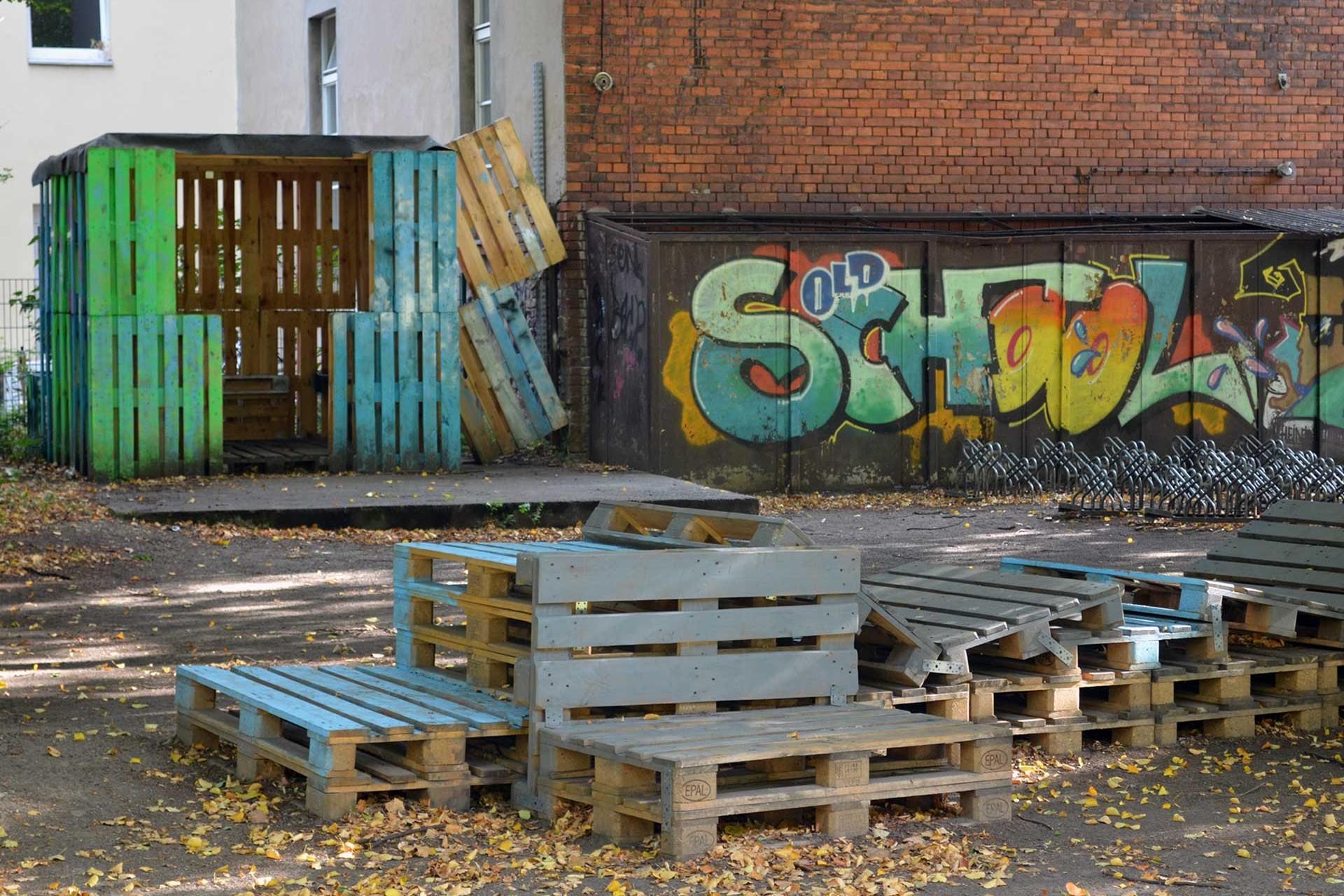 Sitzmöbel für den Schulhof an der Heinz-Brandt-Schule in Berlin